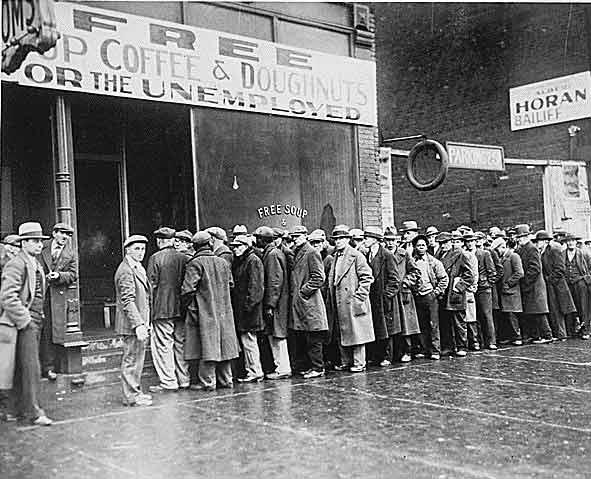 Desempregados fazem fila por uma refeição de graça após a crise de 1929