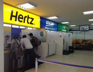 Lojas da Hertz e Unidas no aeroporto